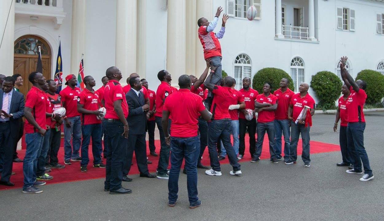 Photo : President Kenyatta takes a line out guided by Willy Ambaka and Andrew Amonde.