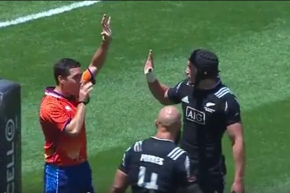 Referee having no part of it : priceless reaction.
